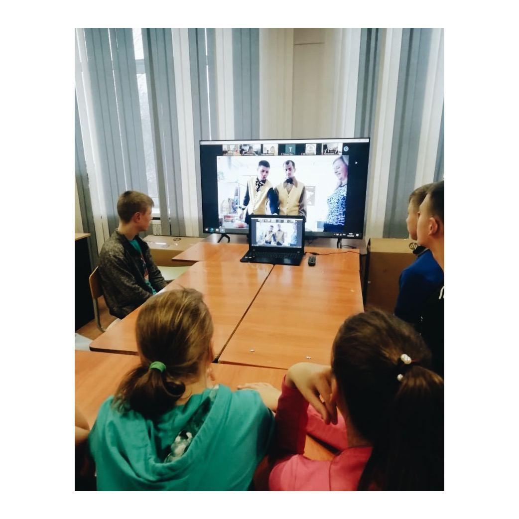 Ребята из РЦ  «Седьмой лепесток» показывают фокусы