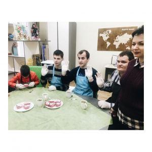 Ребята готовят новогодние кексы