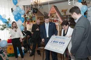 Вручение подарочного сертификата главному врачу Калужского дома ребенка.